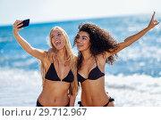 Купить «Two women taking selfie photograph with smartphone in the beach», фото № 29712967, снято 24 сентября 2017 г. (c) Ingram Publishing / Фотобанк Лори