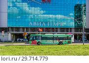 """Купить «Бесплатный автобус около торгово-развлекательного центра """"Авиапарк"""" на Ходынском поле», фото № 29714779, снято 18 мая 2017 г. (c) Алёшина Оксана / Фотобанк Лори"""
