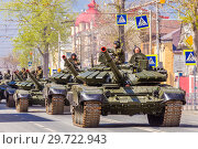Купить «Russia, Samara, May 2018: Russian main tank T-72B3 with dynamic armor in the city.», фото № 29722943, снято 5 мая 2018 г. (c) Акиньшин Владимир / Фотобанк Лори