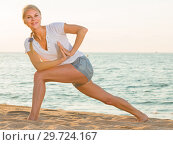 Female 25-35 years old is doing excercises on endurance. Стоковое фото, фотограф Яков Филимонов / Фотобанк Лори