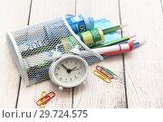 Купить «Российские деньги, часы-будильник, ручка и карандаши. Бизнес-натюрморт», фото № 29724575, снято 21 декабря 2018 г. (c) Наталья Осипова / Фотобанк Лори