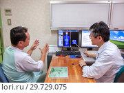 Купить «Пациент на консультации у онколога обсуждают результаты обследования», фото № 29729075, снято 19 марта 2019 г. (c) Александр Гаценко / Фотобанк Лори