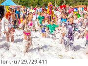 Купить «Russia, Samara, June 2018: adults and children having fun at the foam holiday.», фото № 29729411, снято 10 августа 2018 г. (c) Акиньшин Владимир / Фотобанк Лори