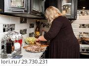 Купить «Женщина делает нарезку из мяса», эксклюзивное фото № 29730231, снято 31 декабря 2018 г. (c) Игорь Низов / Фотобанк Лори