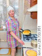 Купить «Mature woman bakes pancakes in the kitchen.», фото № 29733951, снято 12 февраля 2018 г. (c) Акиньшин Владимир / Фотобанк Лори