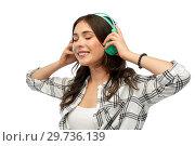 Купить «happy young woman or teenage girl with headphones», фото № 29736139, снято 10 ноября 2018 г. (c) Syda Productions / Фотобанк Лори