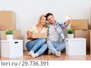 Купить «couple taking selfie and moving to new home», фото № 29736391, снято 25 февраля 2016 г. (c) Syda Productions / Фотобанк Лори
