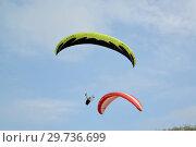Купить «Два параплана парят в небе», фото № 29736699, снято 18 августа 2018 г. (c) Ирина Борсученко / Фотобанк Лори