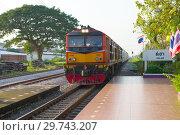 Купить «Пассажирский поезд прибывает на железнодорожную станцию. Ча-Ам, Таиланд», фото № 29743207, снято 13 декабря 2018 г. (c) Виктор Карасев / Фотобанк Лори