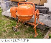 Купить «Оранжевый мобильный миксер бетономешалка», фото № 29744319, снято 29 июля 2017 г. (c) Евгений Бобков / Фотобанк Лори