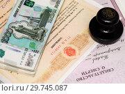 Купить «Завещание, свидетельство о смерти, печать нотариуса и российские деньги», эксклюзивное фото № 29745087, снято 14 января 2019 г. (c) Игорь Низов / Фотобанк Лори