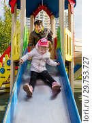 Купить «Happy dad and daughter in the playground», фото № 29753727, снято 22 апреля 2019 г. (c) Светлана Кузнецова / Фотобанк Лори