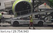 Купить «Uploading luggage onboard the aircraft», видеоролик № 29754943, снято 4 декабря 2018 г. (c) Игорь Жоров / Фотобанк Лори