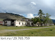 Купить «Заброшенное здание в селе Иня Республики Алтай», фото № 29765759, снято 8 июня 2018 г. (c) Free Wind / Фотобанк Лори