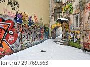 Купить «Граффити во дворе дома на Литейном проспекте, 61. Санкт-Петербург», эксклюзивное фото № 29769563, снято 20 января 2019 г. (c) Александр Алексеев / Фотобанк Лори