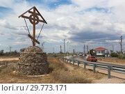 Купить «Поклонный крест на въезде в город Евпатория, Крым», фото № 29773171, снято 5 июля 2018 г. (c) Николай Мухорин / Фотобанк Лори