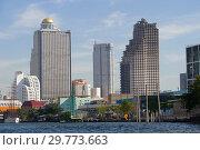 Заброшенный небоскреб Sathorn Unique Tower  в городском пейзаже Бангкока, Таиланд (2017 год). Редакционное фото, фотограф Виктор Карасев / Фотобанк Лори