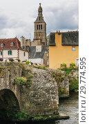 France, Finistere, Quimperle, old Bridge (Le Pont Lovignon)   over Elle river and the church Sainte Croix (2018 год). Стоковое фото, фотограф Николай Коржов / Фотобанк Лори
