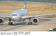 Купить «American Airlines Airbus A330 taxiing», видеоролик № 29777207, снято 19 июля 2017 г. (c) Игорь Жоров / Фотобанк Лори