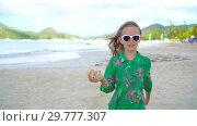 Купить «Little cute girl with seashell in hands at tropical beach. Adorable little girl playing with seashells on beach», видеоролик № 29777307, снято 12 февраля 2018 г. (c) Дмитрий Травников / Фотобанк Лори