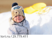 Купить «The kid plays in the winter snow», фото № 29779411, снято 19 января 2019 г. (c) Дмитрий Брусков / Фотобанк Лори