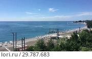 Галечный пляж в поселке Лазаревское, вдоль которого проходит железная дорога (2019 год). Стоковое видео, видеограф Кекяляйнен Андрей / Фотобанк Лори