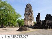 Кхмерский пранг на руинах древнего буддистского храма Wat Phra Pai Луанг. Сукхотай, Таиланд (2018 год). Стоковое фото, фотограф Виктор Карасев / Фотобанк Лори