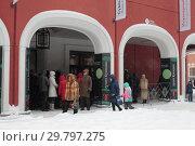 Купить «Москва, люди стоят в очереди ны выставку Куинджи в Третьяковке», эксклюзивное фото № 29797275, снято 27 января 2019 г. (c) Дмитрий Неумоин / Фотобанк Лори