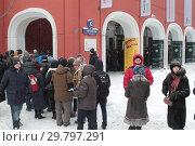 Купить «Москва, длинная очередь в Третьяковку на Куинджи зимой», эксклюзивное фото № 29797291, снято 27 января 2019 г. (c) Дмитрий Неумоин / Фотобанк Лори