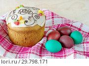 Купить «Пасхальный кулич и крашеные яйца», фото № 29798171, снято 8 апреля 2018 г. (c) Елена Коромыслова / Фотобанк Лори