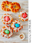 Купить «Italian Easter Bread Rings with dyed eggs», фото № 29799635, снято 20 января 2019 г. (c) Oksana Zh / Фотобанк Лори