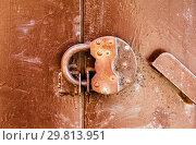 Купить «Rusty padlock on an old metal door», фото № 29813951, снято 27 мая 2018 г. (c) FotograFF / Фотобанк Лори