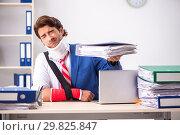 Купить «Injured employee working in the office», фото № 29825847, снято 20 сентября 2018 г. (c) Elnur / Фотобанк Лори
