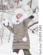 Winter forest. A little girl threaten with a snowball. Стоковое фото, фотограф Константин Шишкин / Фотобанк Лори