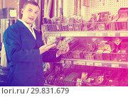 Купить «workman holding metal furniture», фото № 29831679, снято 22 мая 2019 г. (c) Яков Филимонов / Фотобанк Лори