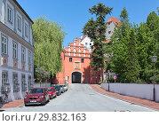 Купить «Верхние (Красные) ворота в Нойбурге-на-Дунае, Германия», фото № 29832163, снято 18 мая 2017 г. (c) Михаил Марковский / Фотобанк Лори