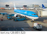 Купить «Самолет Боинг 737-800 (PH-BXN) авиакомпании KLM Royal Dutch Аирлинес готовится к вылету в аэропрту Схипхол. Амстердам», фото № 29851523, снято 17 сентября 2017 г. (c) Виктор Карасев / Фотобанк Лори