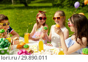 Купить «kids eating cupcakes on birthday party in summer», фото № 29890011, снято 27 мая 2018 г. (c) Syda Productions / Фотобанк Лори