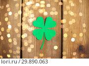 Купить «green paper shamrock on wooden background», фото № 29890063, снято 31 января 2018 г. (c) Syda Productions / Фотобанк Лори