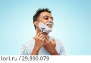 Купить «indian man shaving beard with razor blade», фото № 29890079, снято 27 октября 2018 г. (c) Syda Productions / Фотобанк Лори