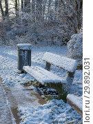 Купить «Скамья под снегом в зимнем парке, Гамбург, Германия», фото № 29892031, снято 18 января 2019 г. (c) Наталья Николаева / Фотобанк Лори