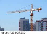 Купить «Башенный подъемный кран на строительстве нового жилого дома на фоне новостроек в Химках», фото № 29909239, снято 9 августа 2017 г. (c) Александр Замараев / Фотобанк Лори