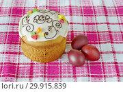 Купить «Пасхальный кулич и крашеные яйца на салфетке», фото № 29915839, снято 8 апреля 2018 г. (c) Елена Коромыслова / Фотобанк Лори