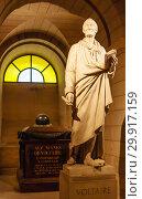 Купить «Voltaire's tomb and statue in the crypt of the Pantheon in Paris», фото № 29917159, снято 6 сентября 2018 г. (c) Николай Коржов / Фотобанк Лори
