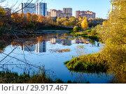Купить «Московская область, Химки, жилая застройка по берегам реки Химки», фото № 29917467, снято 15 октября 2018 г. (c) glokaya_kuzdra / Фотобанк Лори