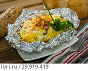 Купить «Tasty cooked baked in foil potatoes with bacon, cheese and fried onion», фото № 29919419, снято 19 апреля 2019 г. (c) Яков Филимонов / Фотобанк Лори
