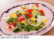 Купить «Deliciously salad of avocado, grapefruit, tomatoes and corn salad», фото № 29919447, снято 23 апреля 2019 г. (c) Яков Филимонов / Фотобанк Лори