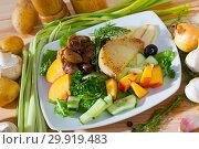 Купить «Healthy salad with chicken hearts», фото № 29919483, снято 22 августа 2019 г. (c) Яков Филимонов / Фотобанк Лори
