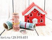 Дом из красного кирпича и российские деньги. Покупка загородного жилья. Стоковое фото, фотограф Наталья Осипова / Фотобанк Лори