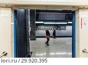 """Купить «Фрагмент станции """"Петровский парк"""" из вагона поезда Московского метрополитена Большой кольцевой линии (БКЛ)», фото № 29920395, снято 23 января 2019 г. (c) Алёшина Оксана / Фотобанк Лори"""